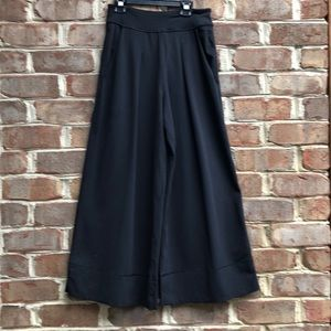Women's Lululemon wide leg pleat.